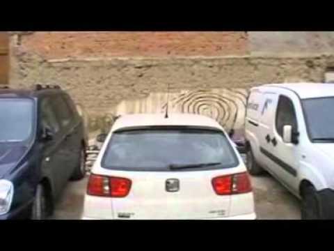 mago llevando en coche equipo sonido  behringer ppa 2000 BT
