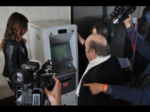 """Truffe al bancomat, Lino Banfi """"eroe"""""""