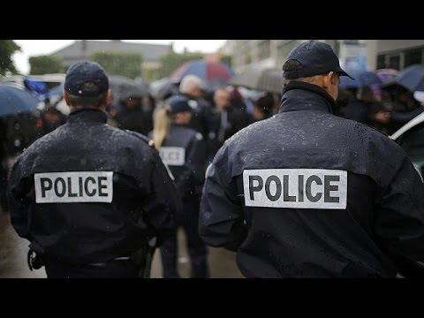 Παρίσι: Αστυνομικοί διαδηλώνουν κατά της βίας εναντίον των αστυνομικών