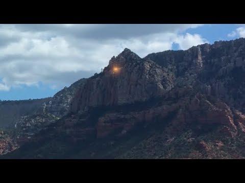 Golden UFOs Seen Leaving Mountain Peeks Of Sedona, Arizona (видео)