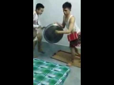 2 thanh niên nhảy điên cuồng trong nhà