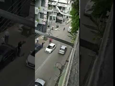Video - Κινητοποίηση στη Λάρισα για τη σύλληψη άνδρα που περιφερόταν γυμνός - ΒΙΝΤΕΟ
