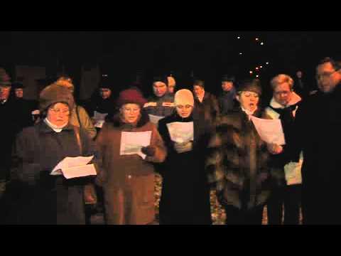 Zpívání koled u vánočního stromu v Hati