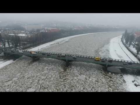 Вражаючу картину льодоходу в Ужгороді показали з висоти пташиного польоту