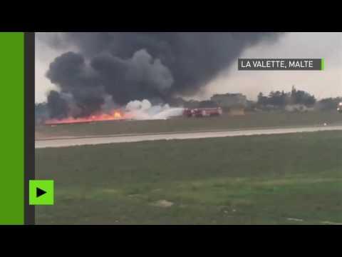 Un avion en flammes après son crash à l'aéroport de Malte