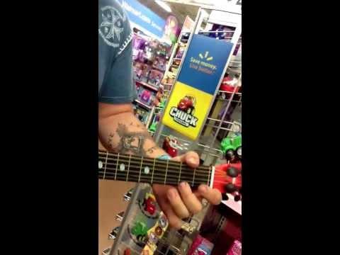trova chitarra giocattolo al supermercato: guardate cosa riesce a fare!