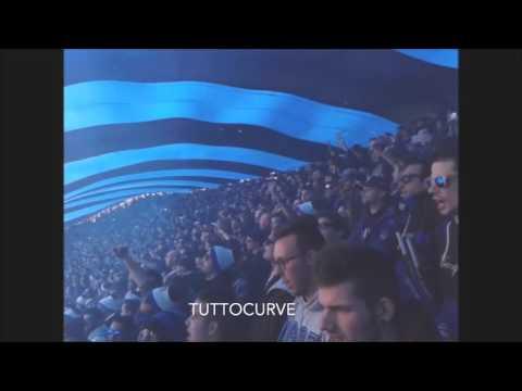 Ultras atalantini cantano sotto il bandierone