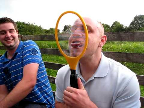 原來電蚊拍可以這樣玩,哪天玩國王遊戲可以玩看看!
