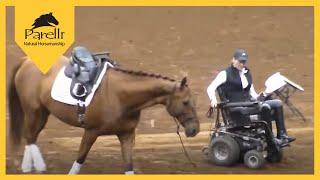 Koń zbliża się do kobiety na wózku inwalidzkim. Sekundę później, publiczność jest zdumiona!