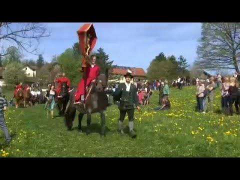 Στο χωριό Έτεντορφ πήγαν εκκλησία καβάλα στο άλογο