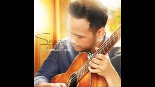 EGA Productions 2015Segara - Menyambut FajarWritten by: SegaraProducer/Executive Producer: Abietyasakti K. KinasihMusic arrangement, piano, and synth by Ario SetoStrings arrangement, cello, viola, and violin by Alvin WitarsaSingle cover by Yannie Sukaryahttp://segara.co/musik-selengkapnya/13/menyambut-fajar.html#.VRUwDPmsVqA ================Lirik:Menyambut FajarOh mungkinkah engkau sosok ituYang mampu memulihkanLebam yang masih membekasMenyayat jiwakuKau bawa sesuatu yang tak biasaMemacu jantungkuMenggoyahkan perisai hatiMenghasut gelombang cintaRefreinMenggema gemercik nada indahMembalut luka, menyibak dukaKau basuh hati ini / hatikuMendulang serpihan cintaMenepis alunan nada senduMengetuk pintu hati yang lapukKau datang menyejukkanKau sambut pagi, membuang kelamKau sematkan cintaOh mampukah engkauSatukan kisah yang tengah membuncahKau menyemai benih cintaDi ladang hati yang kasang================Website: www.segara.coTwitter: @segara_egaInstagram: @segara_egaSoundcloud: segarabanyubeningContact person:management@segara.co0812 1883 1103 (Tia)
