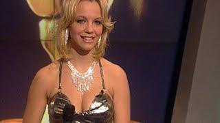 """Raab der Woche-Gewinnerin Lucie sieht nicht nur aus wie Britney Spears, sie kann auch singen! Das beweist sie mit ihrer selbstgetxteten Version von """"It's Raining Men"""", wobei der Titel hier """"Die Liebe brennt"""" lautet.SENDUNG VOM 19.11.2001Die ganze Folge auf MySpass: http://www.myspass.de/9704 Jetzt Abonnieren: http://bit.ly/1aYTIZVMySpass bei facebook: http://www.facebook.com/myspassMySpass bei twitter: https://twitter.com/MySpassde"""