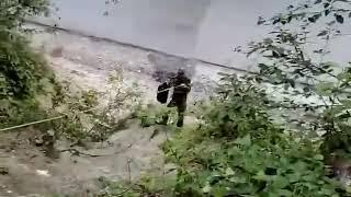 Żołnierze i ich zabawna próba przerzutu kraty browara do jednostki