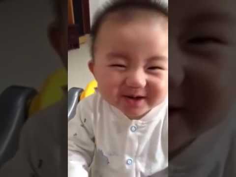 dziecko-pierwszy-raz-probuje-cytryne