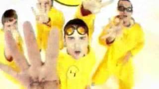 LOS AMIGOS INVISIBLES - Ponerte En Cuatro Video Oficial