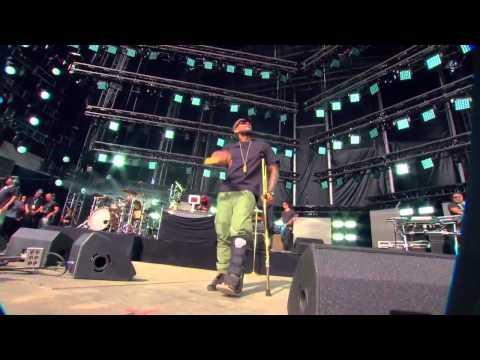 De muletas, Usher sobe ao palco do Global Citizen Earth Day
