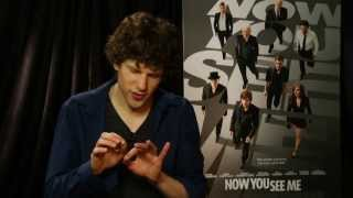 Video Jesse Eisenberg Does Some Magic From 'Now You See Me' - Univision Noticias MP3, 3GP, MP4, WEBM, AVI, FLV Mei 2018