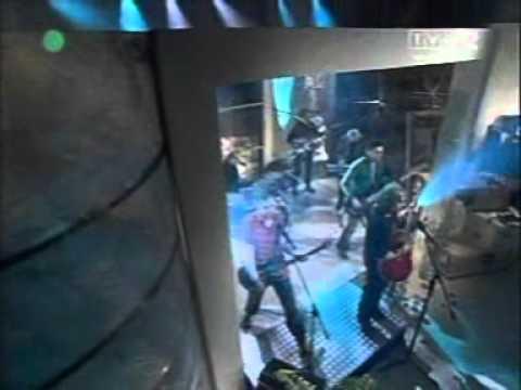 Czerwone Gitary - Wyjedź na przedmieścia lyrics