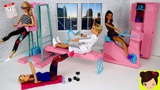 Barbie y ken rutina de mañana haciendo ejercicios . Barbie y Ken se levantan en la habitación de barbie y van al gymnasio o gym hacer ejercicios con la entrenadora de barbie, su amiga Kara. Barbie Monta bicicleta y usa pesas para hacer sus ejercicios. Ken usa la maquina de ejercicios pero el es un poco flojo. Barbie usa su cocina de sueños en la casa de muñecas para hacer un jugo nutritivo. Barbie usa su licuadora. Ken come un pastel por la mañana. Barbie enseña lo importante que es el ejercicio para la salud.La Boda de Barbie y Ken - Historias con Muñecas  Los Juguetes de Titihttps://www.youtube.com/watch?v=M63NSLs5fTABarbie y Ken Rutina de La Noche - Ducha de Barbie, Casa de Juguete - Juguetes de Titi https://youtu.be/H9OHrsXspXY💤 Rutinas de la Mañana con Barbie en su Mansion de Sueñoshttps://www.youtube.com/edit?o=U&video_id=GgTF-y4yfKA🎀 Barbie Rutina de la Mañana Limpiando su Casa y Comprando en El Supermercado - Juguetes de Titihttps://youtu.be/c7pgdrLWkww⭐️ Barbie Rutina de la Noche en su Baño con burbujashttps://www.youtube.com/edit?o=U&video_id=HmvymypWfPU