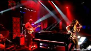 Alicia Keys - Try Sleeping With A Broken Heart (On Friday Night With Jonathan Ross) (Live) lyrics (French translation). | Even if you were a million miles away
