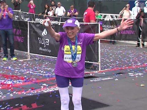 una donna taglia il traguardo della maratona: scoprite la sua età...