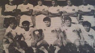 Preciosas imagens de um título esquecido do Santos; o último Torneio Inicio conquistado pelo clube, o quinto de sua história, 1926, 1928, 1937, 1952 e 1984!Ganhou tudo em São Paulo Ah que beleza esse ano de 84, primeira conquista da Copa São Paulo com gol do título por Flavio Pacheco, esse título do Torneio Inicio depois de um Brasileiro decepcionante e uma Libertadores horrível. E no fim do ano, o épico Paulista de 84, o título que valeu por anos e que evitou o quarto Tri da história do rival!O título Santos 0x0 Taubaté - 3 a 0 nos escanteiosSantos 0x0 Marília - 2 a 1 nos pênaltis com gols de Ronaldo e Márcio Fernandes.Santos 0x0 Palmeiras - 3 a 2 nos pênaltis com gols de Ronaldo, Márcio Fernandes e Claudinho.FINAL Santos 0x0 XV de Jau - 1x0 no pênaltis com gol de RonaldoO Santos comandando pelo saudoso Castilho formou com Rodolfo Rodriguez; Maurício, Gilberto Sorriso, Chiquinho Junior e Toninho Carlos Correa; Dema, Eneas Camargo Camargo e Mário Sérgio; Claudinho, Ronaldo e Márcio Fernandes. No banco o goleiro Nilton Costa, Cacau, Marquinhos, Paulo Leme e Quirino, que ficava no banco apenas para completar o nº exigido pela FPF.