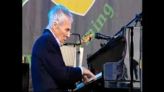 A Bacharach favourite from the 2015 Glastonbury Festival.