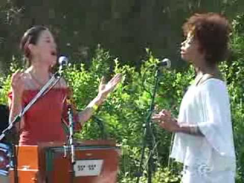 Donna De Lory and Niki Haris singing