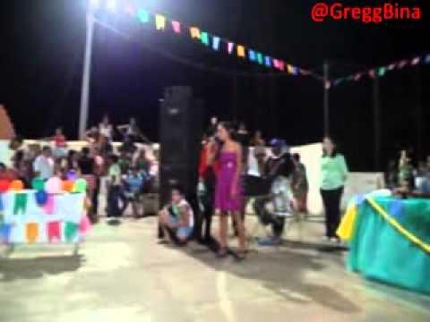Danielle cantando no show de talentos na U. E. Santo Antônio