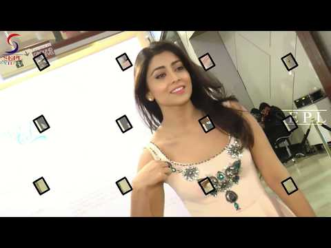 Shriya Saran Exposing Her Huge Milk Tank !!