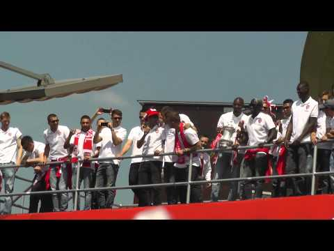 Wilshere - Arsenal Players singing.