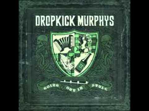 Tekst piosenki Dropkick Murphys - Climbing A Chair To Bed po polsku