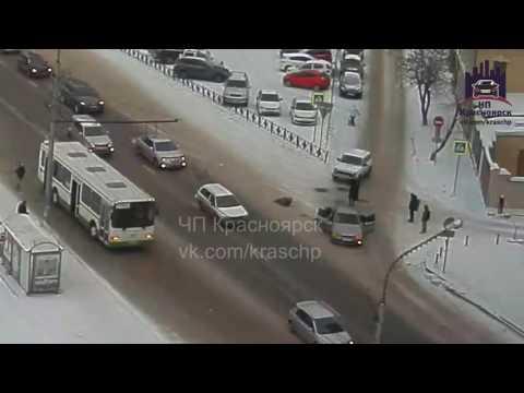 В Красноярске час назад сбили женщину переходившую в неположенном месте