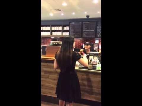 華裔女孩在星巴克店內用APP點餐,結果值班經理卻突然暴怒並威脅要報警?!