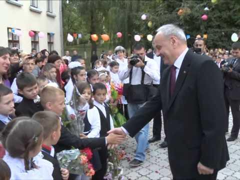 Nicolae Timofti a participat la ceremonia de deschidere a noului an școlar la gimnaziul din satul Ciutulești, raionul Florești