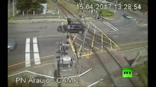 بالفيديو.. كاميرا مراقبة ترصد لحظة اصطدام سيارة بقطار بضائع فى البرازيل