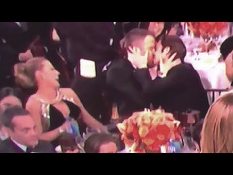Golden Globes 2017- Ryan Reynolds And Andrew Garfield Kiss Each Other After Gosling Wins At Globes (видео)
