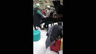Kaz Hawkins & Sam York Impromptu at Toulouse Airport