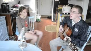 To rodzeństwo wygląda na nieśmiałe. Ale gdy mama nagrała jak śpiewają, pokochał ich cały internet!