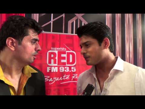 Video Siddharth Shukla with RJ Pritam Pyaare at The 7th Boroplus Gold Awards, Powered by Elle 18 download in MP3, 3GP, MP4, WEBM, AVI, FLV January 2017