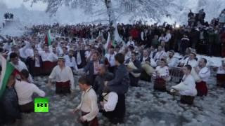 В болгарском Калофере отметили Крещение хороводом в ледяной воде