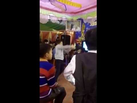 Cậu bé quẩy tưng bừng đám cưới