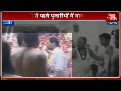 Fight-Breaks-Out-Between-Two-Priests-Inside-Mahakaleshwar-Temple-06-03-2016
