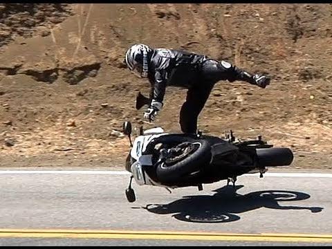 highside - Rider was uninjured other than a little road rash. Head hit hard enough to split helmet.Location Mulholland Highway near Malibu, CA オートバイのクラッシュ Motorcykel 摩托...