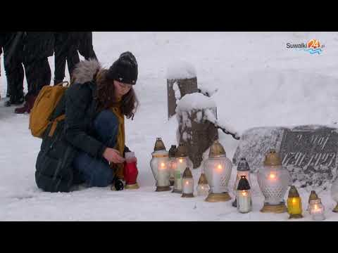 Suwalczanie w hołdzie Pawłowi Adamowiczowi i przeciw nienawiści. Znicze pod Dębem Wolności