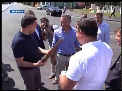 Гройсман за 15 хвилин подивився як кладуть асфальт у Чернігові - DomaVideo.Ru