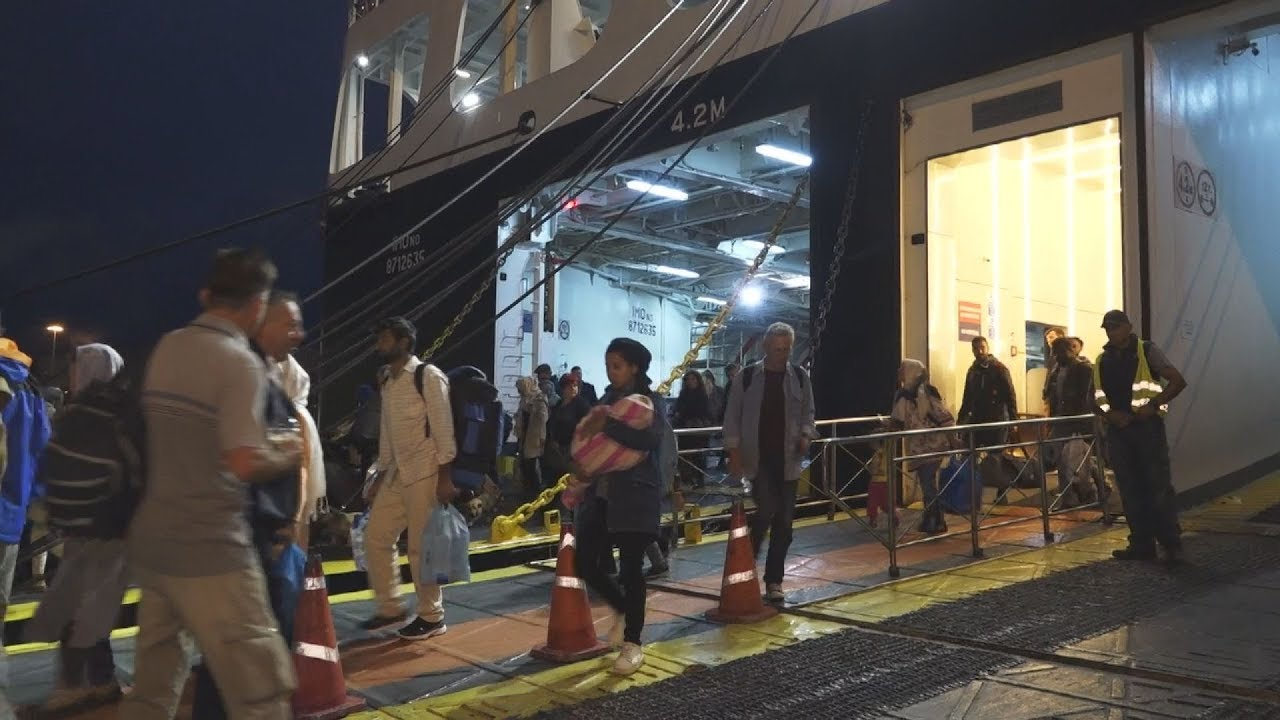 Στον Πειραιά κατέπλευσε το «Νήσος Σάμος» με 453 μετανάστες από Λέσβο και Χίο