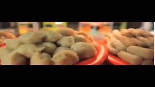 """Pempek atau Empek-empek adalah makanan khas Palembang yang terbuat dari ikan yang dihaluskan dan sagu, serta beberapa komposisi lain seperti telur, bawang putih halus, penyedap rasa dan garam. Sebenarnya sulit untuk mengatakan bahwa pempek pusatnya adalah Palembang karena hampir di semua daerah di Sumatera Selatan memproduksinya.Penyajian pempek ditemani oleh saus berwarna hitam kecoklat-coklatan yang disebut cuka atau cuko (bahasa Palembang). Cuko dibuat dari air yang dididihkan, kemudian ditambah gula merah, udang ebi dan cabe rawit tumbuk, bawang putih, dan garam. Bagi masyarakat asli Palembang, cuko dari dulu dibuat pedas untuk menambah nafsu makan. Namun seiring masuknya pendatang dari luar pulau Sumatera maka saat ini banyak ditemukan cuko dengan rasa manis bagi yang tidak menyukai pedas. Cuko dapat melindungi gigi dari karies (kerusakan lapisan email dan dentin). Karena dalam satu liter larutan kuah pempek biasanya terdapat 9-13 ppm fluor. satu pelengkap dalam menyantap makanan berasa khas ini adalah irisan dadu timun segar dan mie kuning.Jenis pempek yang terkenal adalah """"pempek kapal selam"""", yaitu telur ayam yang dibungkus dengan adonan pempek dan digoreng dalam minyak panas. Ada juga yang lain seperti pempek lenjer, pempek bulat (atau terkenal dengan nama """"ada'an""""), pempek kulit ikan, pempek pistel (isinya irisan pepaya muda rebus yang sudah ditumis dan dibumbui), pempek telur kecil, dan pempek"""