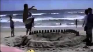 Założył się z kumplami, że wskoczy do dziury na plaży! Chyba sam się nie spodziewał efektu!
