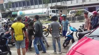 kecelakaan tunggal sepeda motor di jalan  hangtuah kota Duri Riau yang baru saja terjadi sekitar pukul 12.30 wib yang menyebabkan seorang wanita paruh baya yang mengalami pendarahan serius di kepala sedangkan putrinya  tidak mengalami pendarahan serius di kepala dan berceceran darahnya di pinggir trotoar dan kini sudah di larikan oleh ke RS.Thursina.Duri.Mohon sama sama kita doakan  agar ibu Tersebut bisa cepat tertolong dan selamat.AMIIN